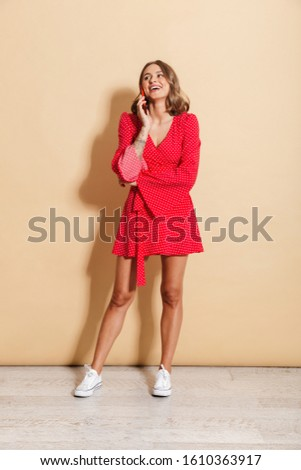 Photo contenu femme robe rouge souriant parler Photo stock © deandrobot