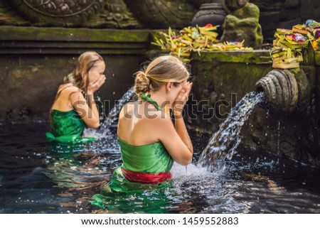 две женщины святой весны воды храма Бали Сток-фото © galitskaya