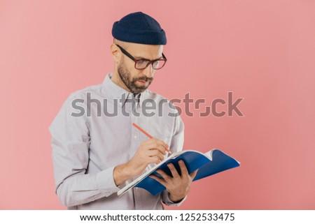 Grave maschio scrittore saggio notepad occhiali Foto d'archivio © vkstudio