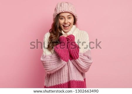 Alegre ninas desgaste suéter Foto stock © vkstudio