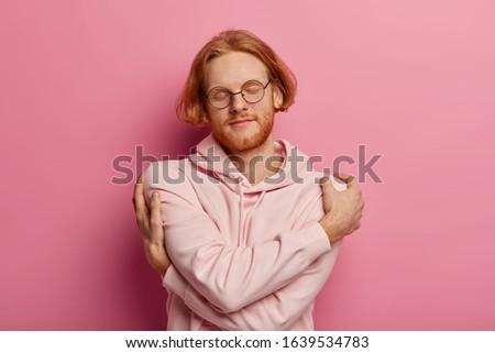 Satisfecho barbado hombre manos pecho Foto stock © vkstudio