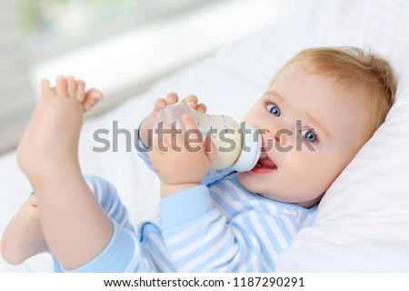 bébé · potable · lait · bouteille · enfant · fenêtre - photo stock © dacasdo