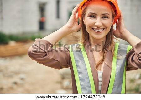 Vrouwelijke bouwer aanraken hoed industrie corporate Stockfoto © photography33