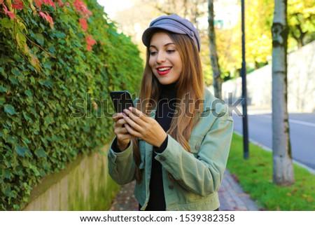 Csinos fiatal nő visel sapka sál küldés Stock fotó © wavebreak_media