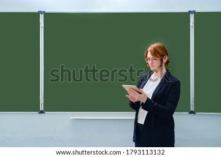 Photo stock: Femme · tableau · noir · espace · de · copie · classe · école · fond