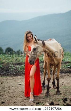 Stok fotoğraf: Sarışın · kadın · binicilik · at · moda · kırmızı · elbise