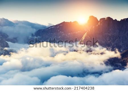 Majestueux brouillard nuages montagne vallée paysage Photo stock © Taiga