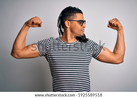 Jovem muscular homem listrado tshirt escuro Foto stock © deandrobot