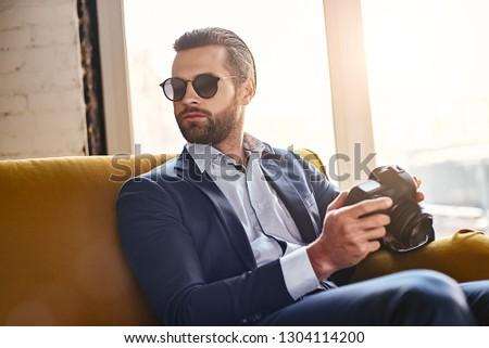 Fókuszált üzletember napszemüveg öltöny lövöldözés víz Stock fotó © deandrobot