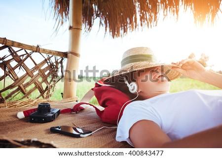 boldog · fiatal · nő · kalap · zenét · hallgat · klasszikus · zene - stock fotó © fisher