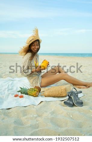 Vrouw groot stro zonnebaden zandstrand zomer Stockfoto © Nobilior
