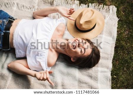 若い女の子 · 手押し車 · スマート · 携帯電話 · 笑顔 - ストックフォト © deandrobot
