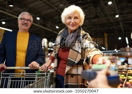 senior · vrouw · kopen · markt · portret · winkelen - stockfoto © boggy