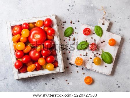 Orgânico tomates manjericão vintage caixa Foto stock © DenisMArt