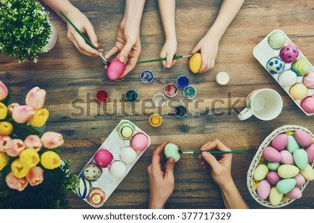 Iyi paskalyalar güzel çocuk kız boyama paskalya yumurtası Stok fotoğraf © Lopolo
