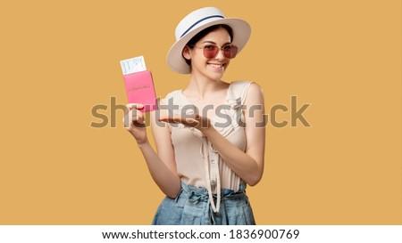Сток-фото: счастливым · брюнетка · женщину · соломенной · шляпе · Солнцезащитные · очки · указывая