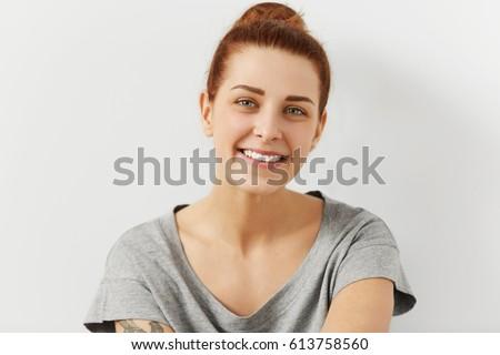 Csinos nő gyömbér haj tetoválás váll kezek Stock fotó © artjazz