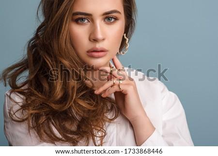 Mooie plus size gekruld jonge brunette vrouw Stockfoto © dashapetrenko