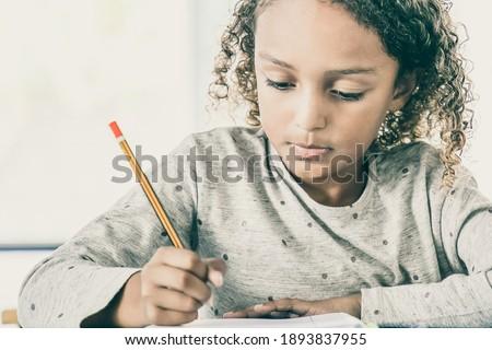 フロント 表示 女学生 書く ノートブック デスク ストックフォト © wavebreak_media