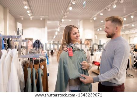 Ragazza felice guardando fidanzato punta grigio maglia Foto d'archivio © pressmaster