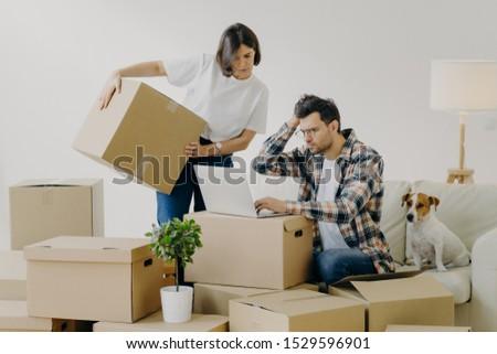Hareketli hayal kırıklığına uğramış genç modern dizüstü bilgisayar arama Stok fotoğraf © vkstudio