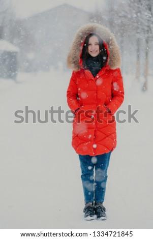 Vertical tiro mulher bonita vermelho inverno Foto stock © vkstudio