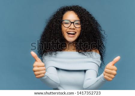 Mooie werk vriendelijk gelukkig afro-amerikaanse vrouw Stockfoto © vkstudio