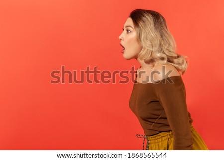 Geïsoleerd shot verwonderd mooie vrouwelijke gekruld Stockfoto © vkstudio