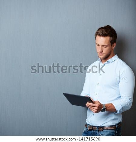 werken · touchpad · jonge · ernstig · zakenman · business - stockfoto © wavebreak_media