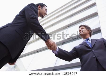 Foto stock: Dos · empresarios · apretón · de · manos · fuera · oficina