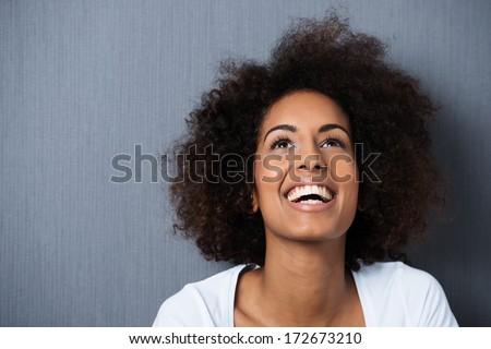 Image positif femme 20s cheveux bouclés rire Photo stock © deandrobot