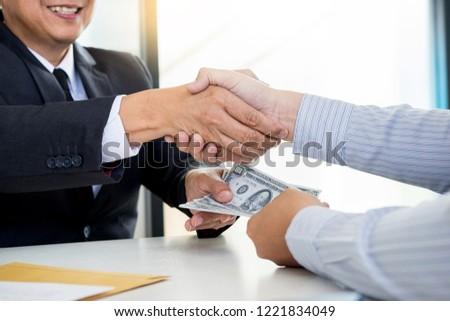 Zakenman politicus handen schudden geld pak Stockfoto © snowing