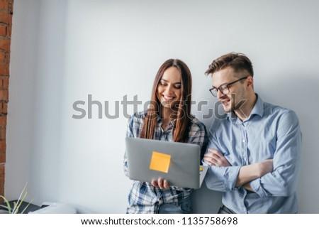 Gyönyörű mosolyog üzletasszony áll szürke fal Stock fotó © deandrobot