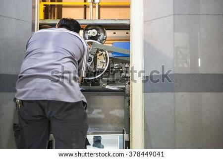 Werknemer werk lift moersleutel lift man Stockfoto © Lopolo