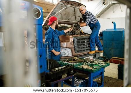 Jonge technicus werkkleding sleutel senior collega Stockfoto © pressmaster