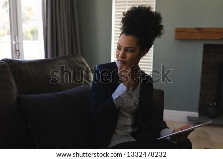 Front widoku zamyślony kobiet cyfrowe Zdjęcia stock © wavebreak_media