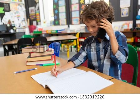 Vue de côté écolier parler téléphone portable Photo stock © wavebreak_media