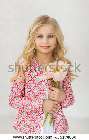 gekruld · meisje · studio · boeket · gele · bloemen - stockfoto © ElenaBatkova