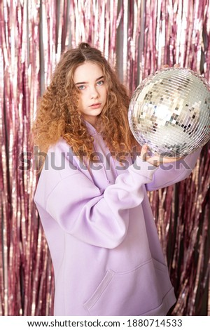 Csinos fiatal pompás nő diszkógömb ül Stock fotó © pressmaster