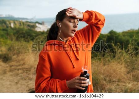 Foto moe atletisch vrouw Stockfoto © deandrobot