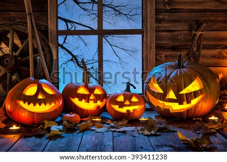 Foto d'archivio: Terrible Smiling Face Of Jack O Lantern With Candles In Night