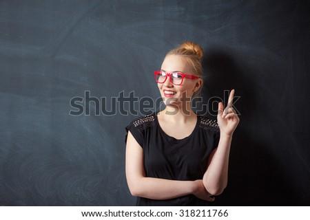 glimlachende · vrouw · Blackboard · exemplaar · ruimte · klas · school · achtergrond - stockfoto © wavebreak_media