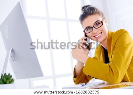 adorabile · donna · sexy · parlando · telefono · sorriso · faccia - foto d'archivio © dash