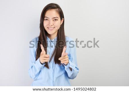 mujer · senalando · ambos · manos · atractivo · sonriendo - foto stock © bmonteny