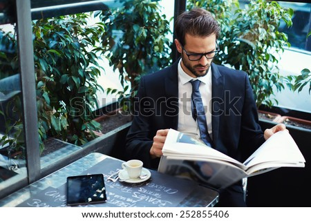 Giovani bello imprenditore lettura giornale coffee shop Foto d'archivio © deandrobot