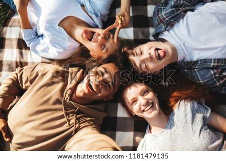 Több nemzetiségű fiatalok srácok lányok nevet pléd Stock fotó © deandrobot