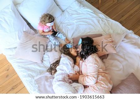 ストックフォト: 2 · 女の子 · マスク · 寝 · 楽しい