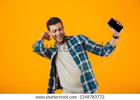 Vrolijk jonge vent luisteren muziek Stockfoto © deandrobot