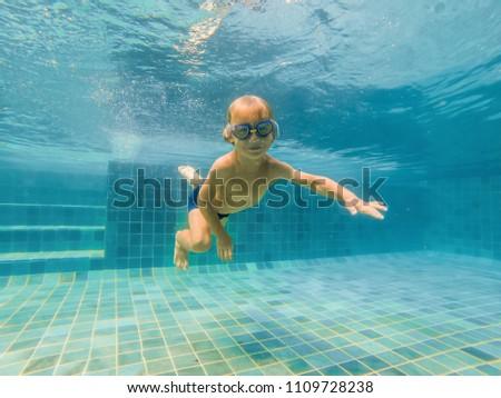 dziecko · chłopca · pływanie · podwodne · zobaczyć · uśmiechnięty - zdjęcia stock © galitskaya