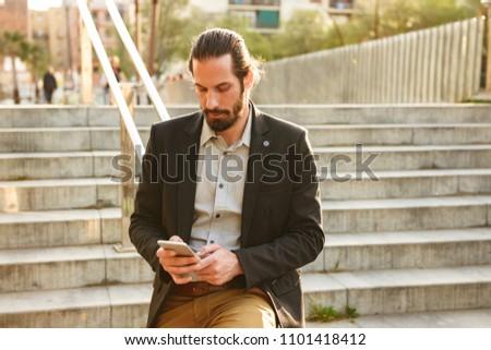 Foto grave uomo 30s formale suit Foto d'archivio © deandrobot